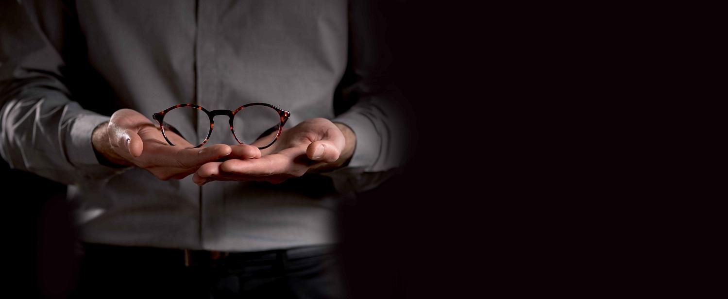Uraniastrasse, Jelmoli, Optiker, Optik, Linsen, Kontaktlinsen, Brille, Limmatquai, Zürich, Optometrie, Bellevue, See, Fachberatung, Spezialist Beratung, Anprobieren, Stylisch, Design, Mode, Modern, Zeitgemäss, Schlicht, Qualität, Labels, Hochwertig,