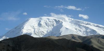 """Der Name Mustagh Ata ist uigurischen Ursprungs und bedeutet  """"Vater der Eisberge"""".  Mit 7546 m ist er der höchste Skiberg der Welt und eine der majestätischsten und gewaltigsten Berggestalten Asiens. Als gigantischer Schnee- und Eisdom überragt er die kargen Steppen der chinesischen Provinz Xinjiang."""