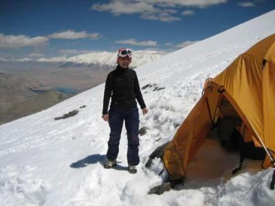 """Margrith Sengupta im I. Hochlager auf 5450m. """"Ich kann einfach nur sagen, in der Höhe ist es schön. Der Ausblick auf die Steppen Zentralasiens ist überwältigen. Einfach schön und ich fühle mich gut. Deshalb steige ich in die Berge. Das Herunterschauen, ist für mich eine grenzenlose Faszination."""""""