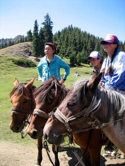 Seit ihrer Jugend sind die Kasachinnen auf dem Pferderücken.